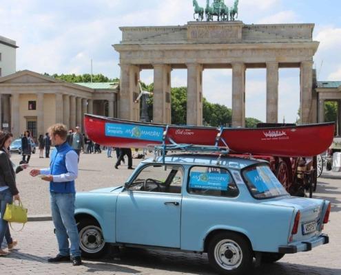 Kanu Trabi vor Brandenburger Tor